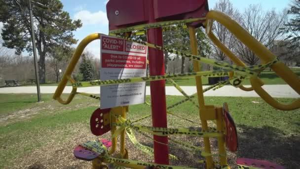 Toronto, Ontario, Kanada - Április 18, 2020: Fitness tornaterem tornaterem park teljesen üres és elhagyatott miatt fertőző COVID-19 koronavírus, riasztás lezárása, minden park kényelmi zárva.