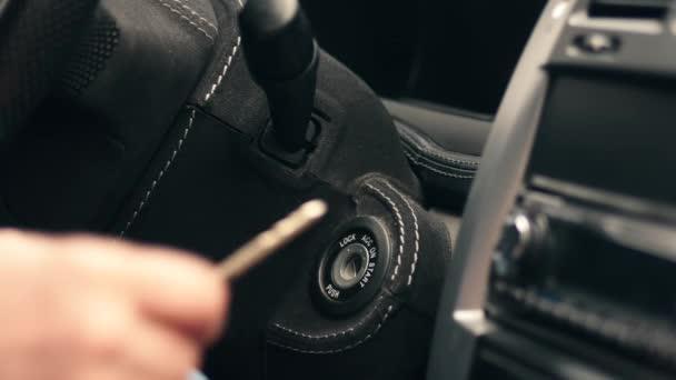 Zündschlüssel des Autos starten
