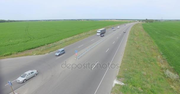 Anténa: Létání nad nákladní auto přepravující náklad na dálnici