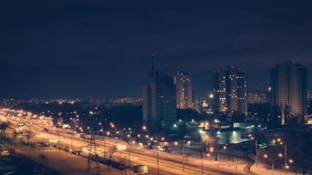 Dálnice dopravní automobily v noci časová prodleva. Mraky na noční obloze