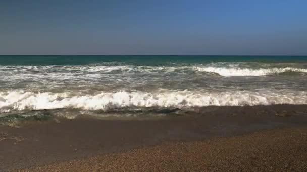 óceán seascape festői összeomlik a homokos parton nagy hullám