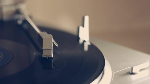 DJ Nadel auf dem Drehteller. Musik hören