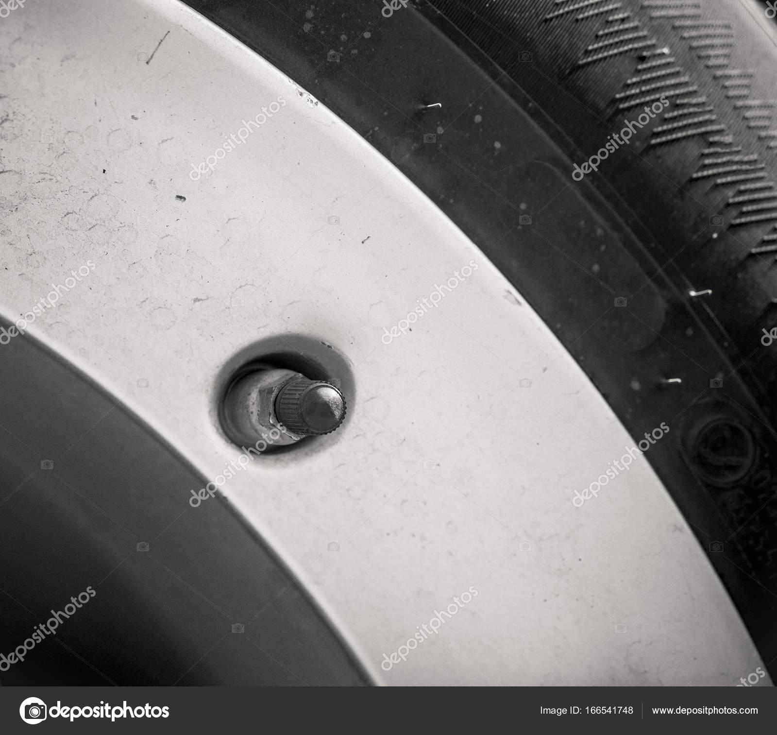 Соски в колесо автомобиля