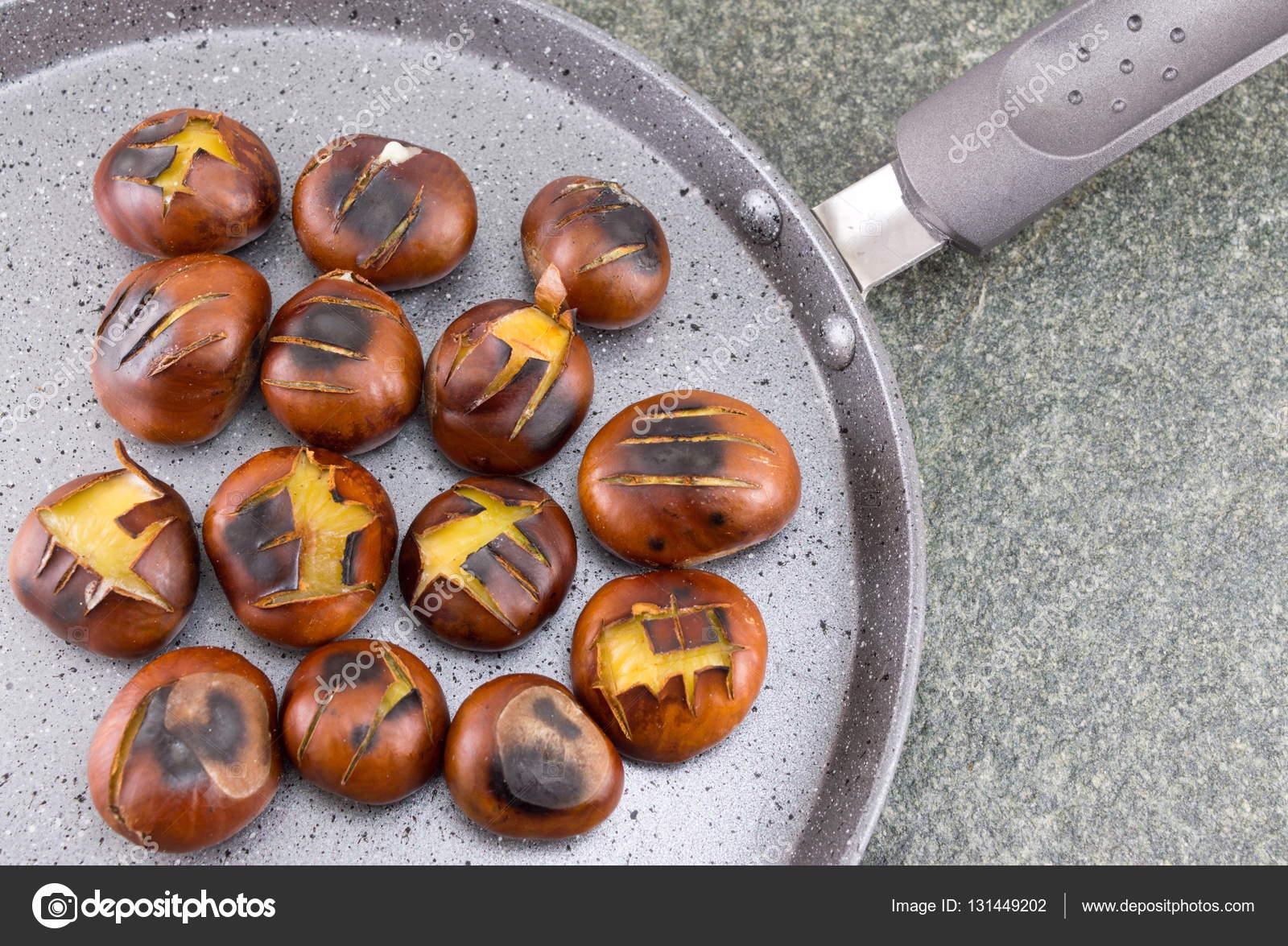 Como Cocinar Castañas | Castanas Asadas En Una Sarten De Cocina Fotos De Stock