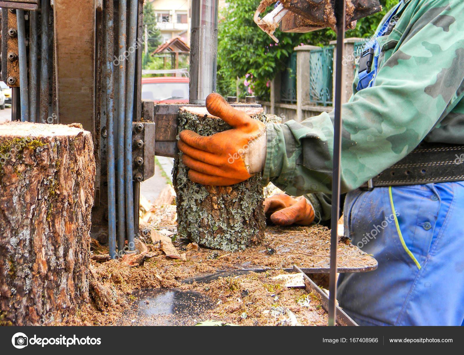 006577b0c3 Εργαζόμενος με ένα μηχάνημα για κοπή καυσόξυλων — Φωτογραφία Αρχείου ...