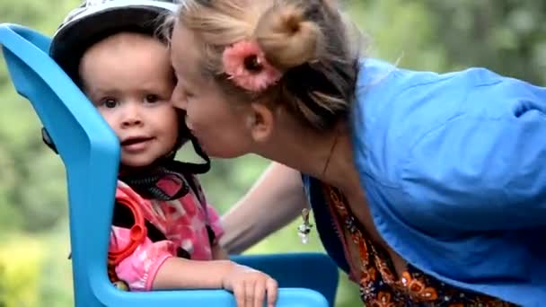 Mutter kind auf die wange küssen u stockvideo liukov