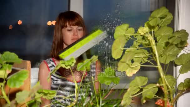 Mytí oken v domě. Ta holka myje okna