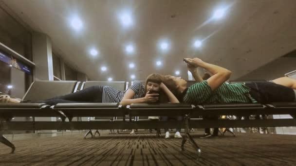 Chlap a dívka přijde k životu v letu letiště