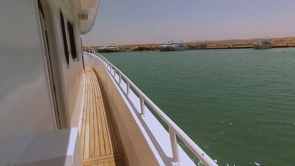 Jachta se plaví na moři