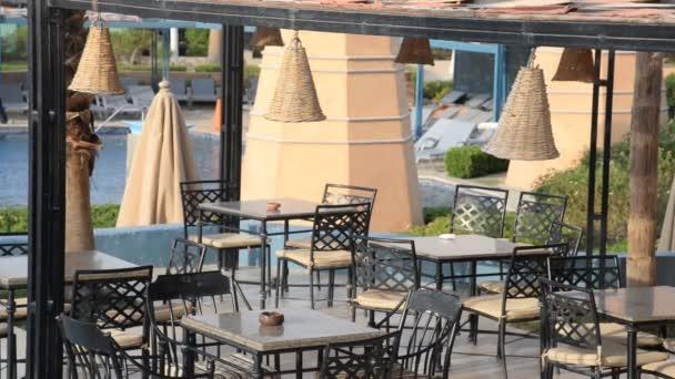 Restaurace u bazénu. Hotelový resort