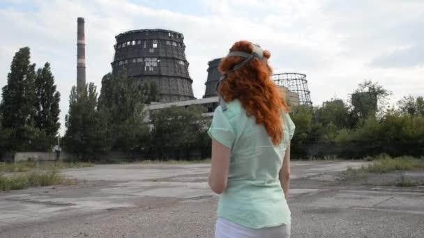 Erderwärmung. ein Mädchen mit Gasmaske auf dem Hintergrund einer Fabrik