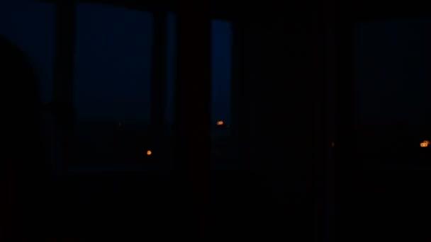 Vela. Una chica enciende una vela en un cuarto oscuro — Vídeo de ...