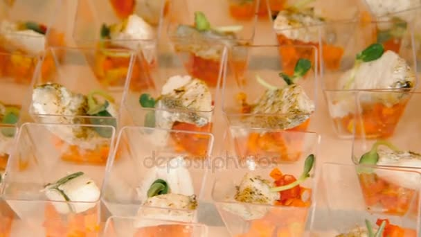 Snacks. Fischfleisch mit Salat