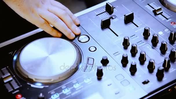 DJ. hudební zařízení. Ruce upravit zvuk