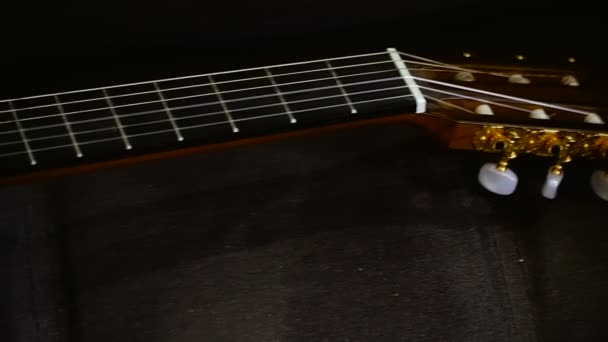 Kytara. Hrál na kytaru