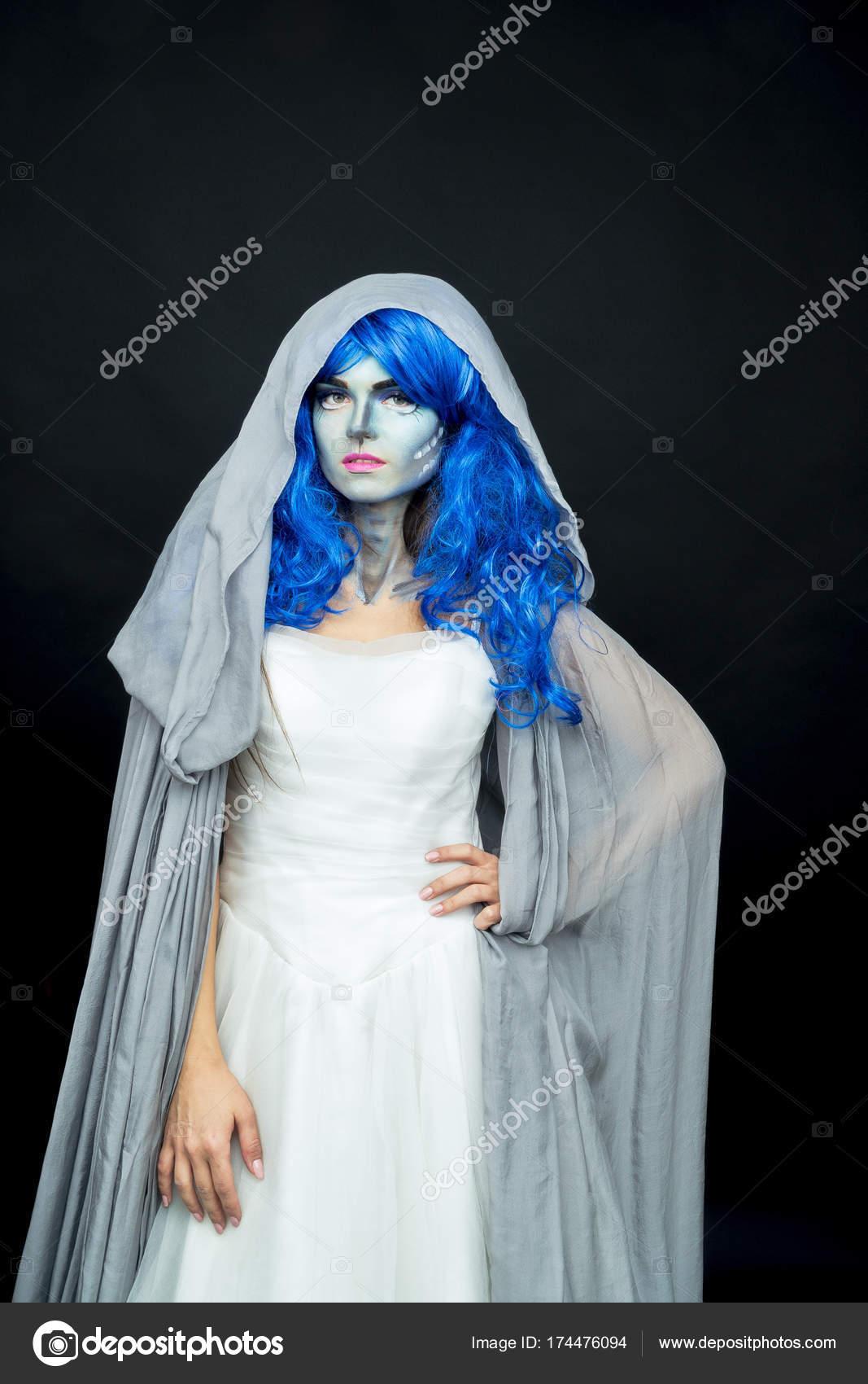 Maquillaje. Imagen de una bruja en un vestido de novia — Fotos de ...