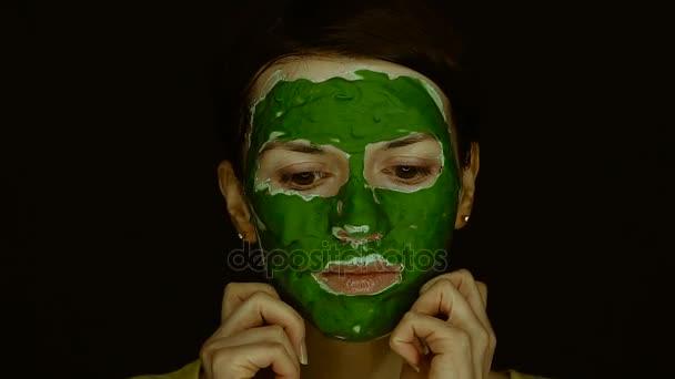 Maske für das Gesicht. Mädchen mit grüner Maske für Gesicht
