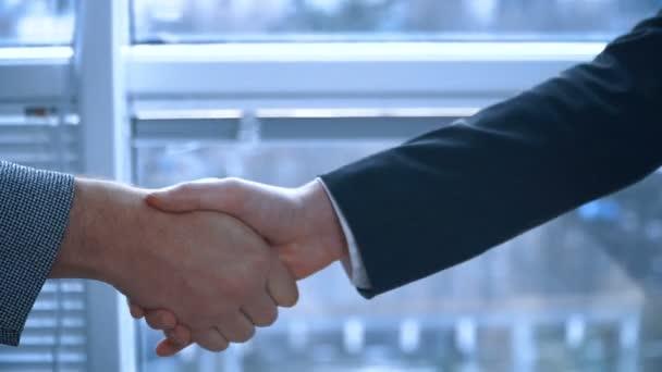 Obchodní dohodu. Lidé jsou potřesení rukou