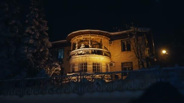 Starý dům. V domě je zapálena světla