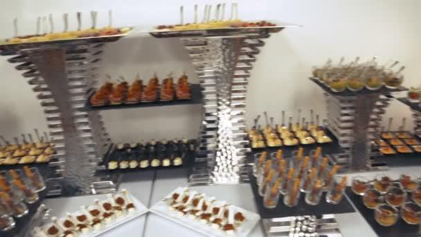 Un cocktail. Diversi panini sul tavolo