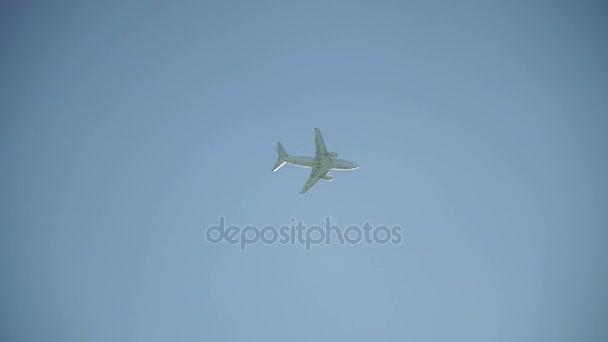 Luftfahrt. das Flugzeug fliegt in den Himmel