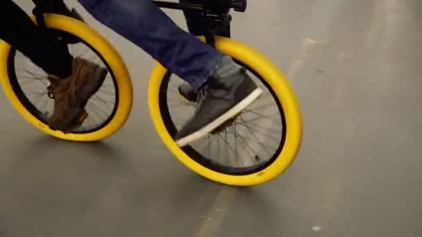 Na kole. Kataetsya chlap na neobvyklé kole