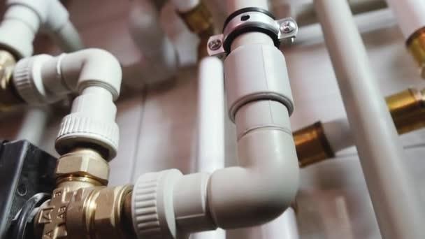 Wasserleitungen. Wasserversorgung und Kesselhäuser in einem Privathaus.