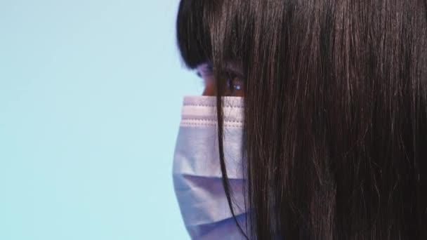 Medizinische Maske. Ein Mädchen in medizinischer Maske schützt sich vor dem Virus.