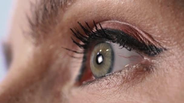 Oko. Dámské oko detailní záběr.