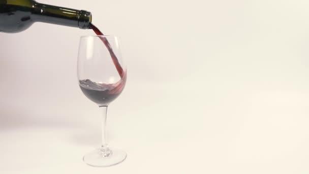 Vörös bor. A vörösbort pohárba öntik..