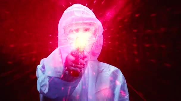 Berührungsloses Thermometer. Eine Frau im Antivirus-Schutzanzug hält ein berührungsloses Thermometer in der Hand.