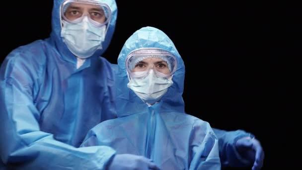 Virus. Muž a žena v ochranném antivirovém obleku objímání.