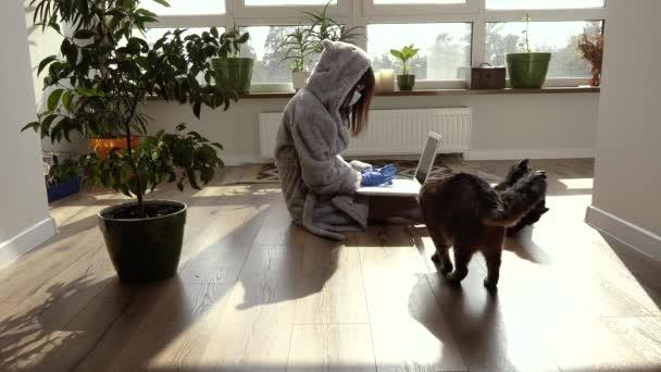 Otthon dolgozom. Egy nő a karantén alatt otthon dolgozik..