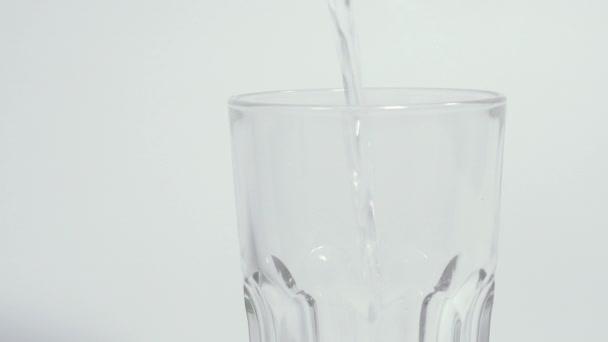 Pití vody. Pitná voda se nalije do sklenice.
