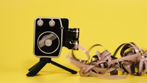 Videokamera. Retro-Kamera und moderne digitale Videokamera.