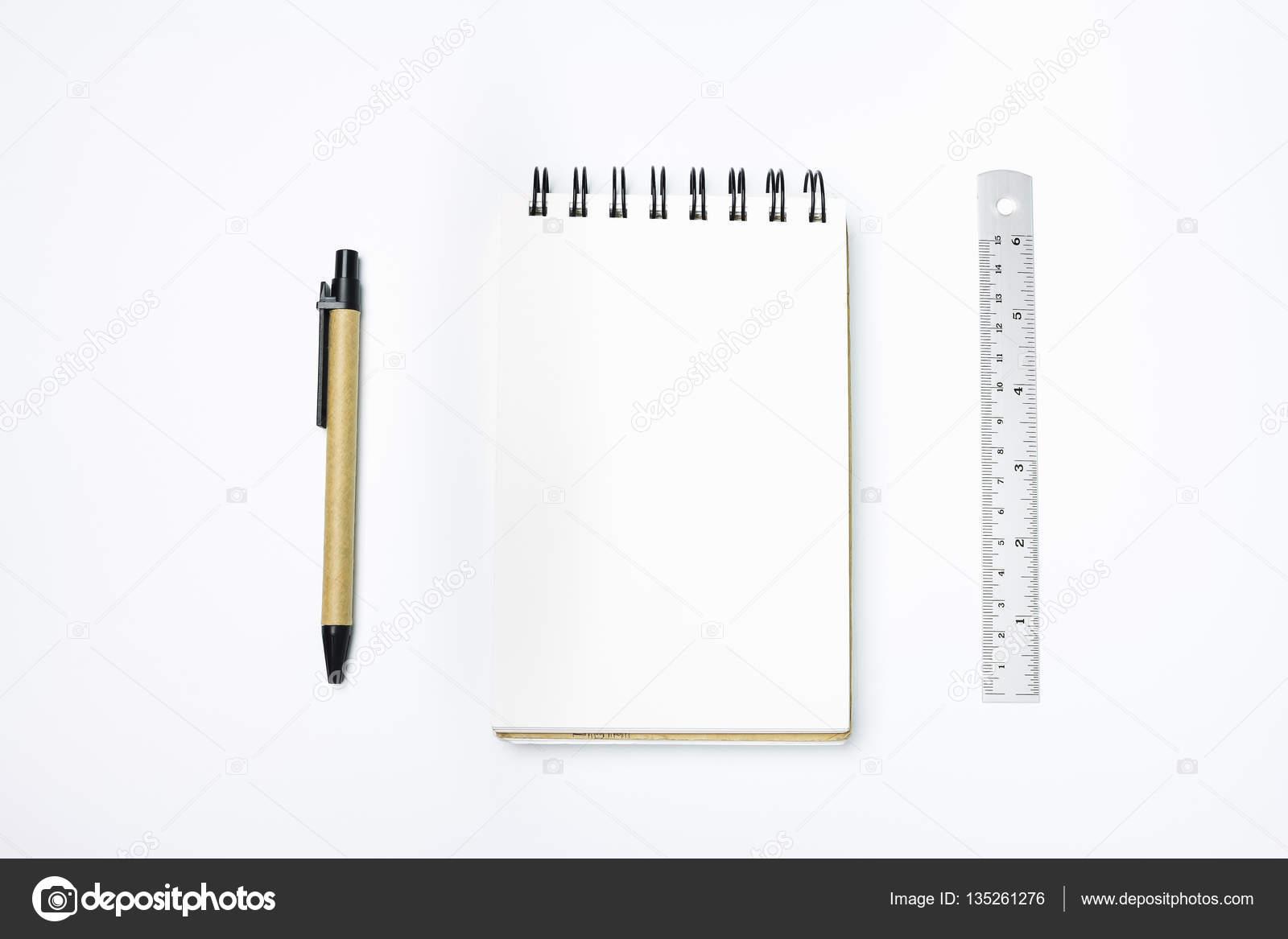 Table de bureau blanc design bureau avec du papier blanc avec un