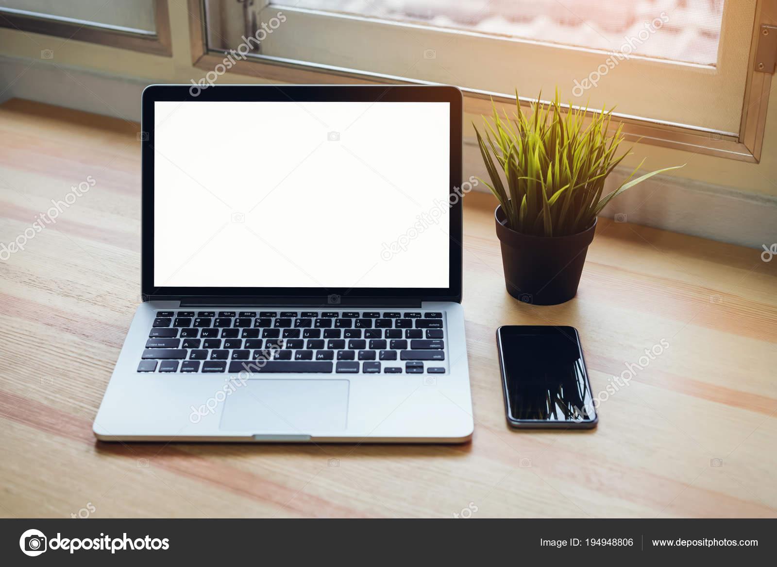 Ordinateur portable sur table fond salle bureau pour les graphiques