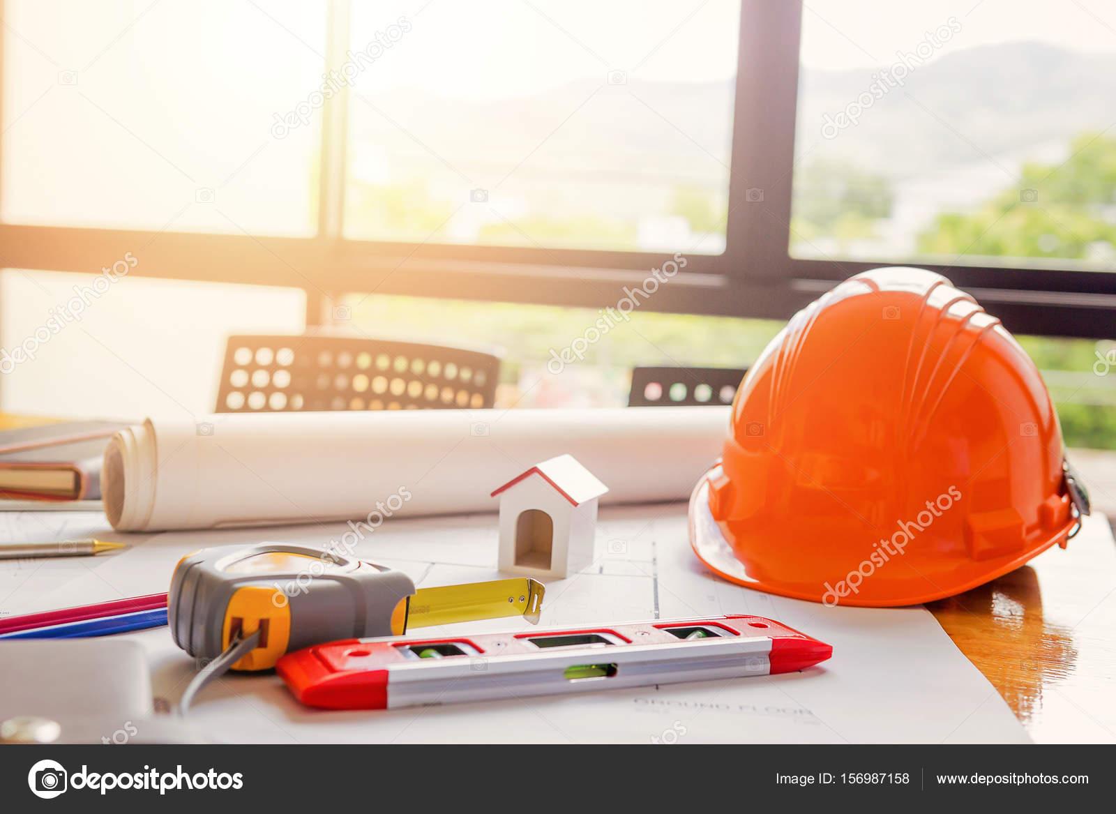 Team di ingegneri che lavorano insieme in un ufficio for Ufficio architetto design