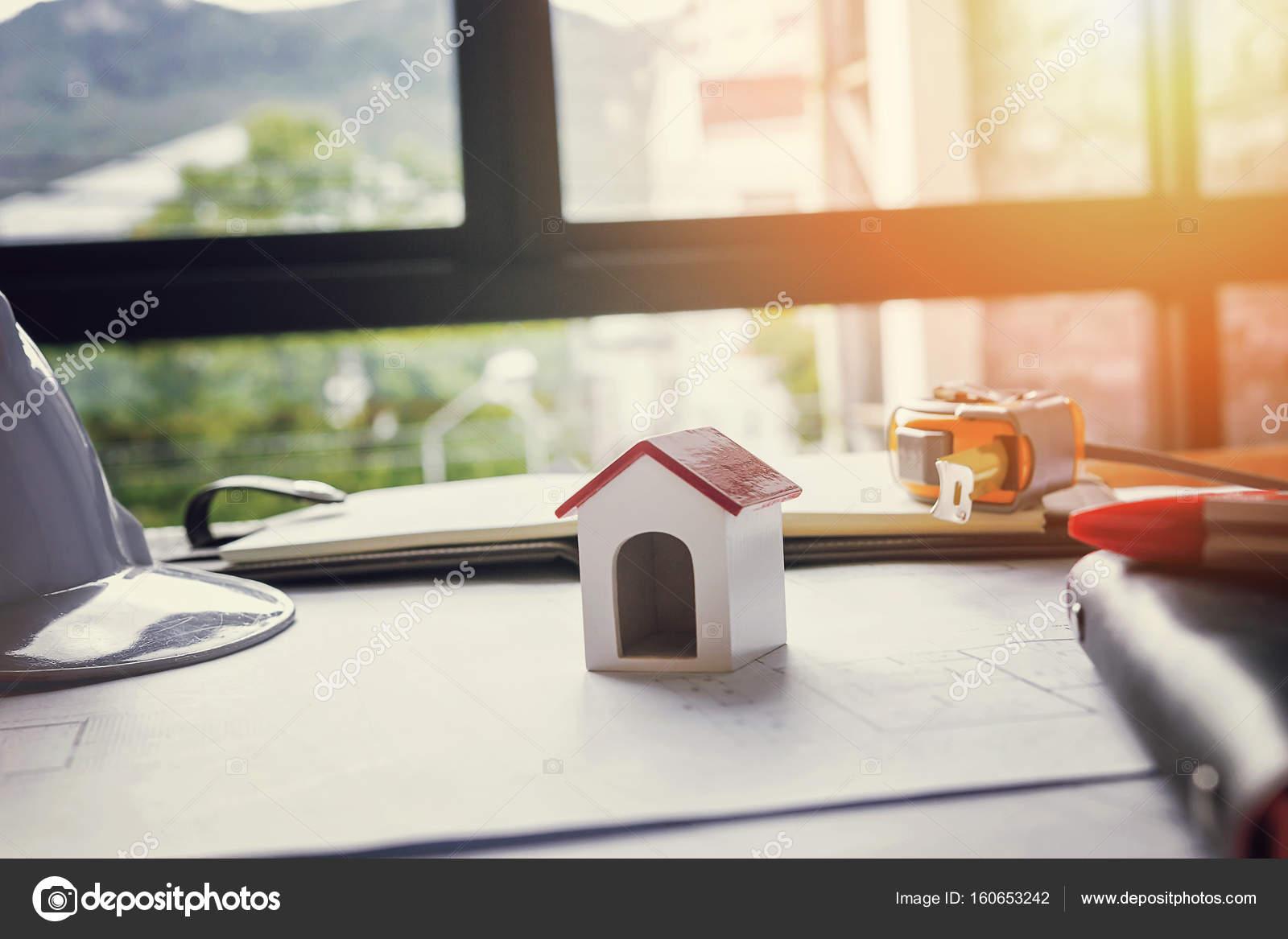 Ufficio Di Un Architetto : Team di ingegneri che lavorano insieme in un ufficio architetto