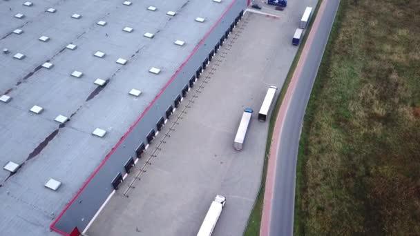Truck je jízda na logistické centrum. Letecký záběr. / skladovací budova / načtení oblast, kde jsou načítání mnoho nákladních vozidel / vykládka zboží