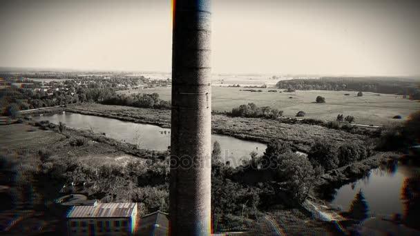 Letecký snímek starého komína s 1919 se na ní. Černá anw bílá
