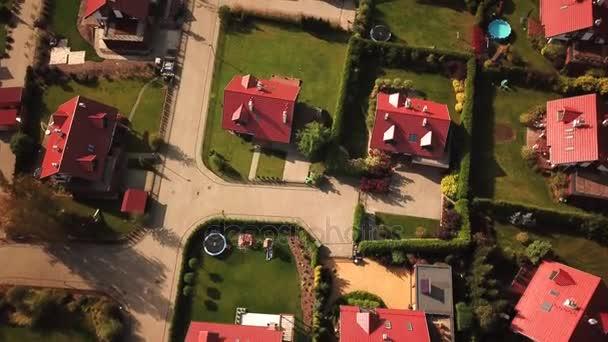 Režie celé domy, metrů a automobily po předměstské ulici. Letecký snímek 4k