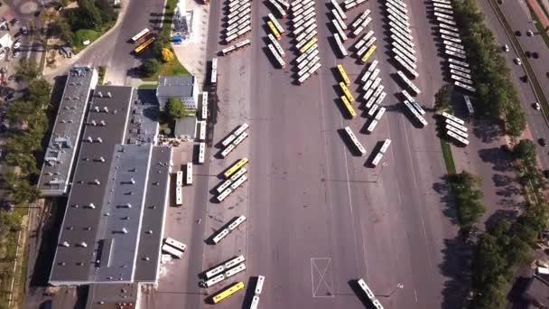 Letecký snímek dopravy – autobus, autobusová zastávka, autobusové nádraží. Pohled shora. Mnoho autobus zaparkoval.