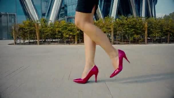 foto-nozhek-s-ulitsami-golie-nogi-i-ruka-foto