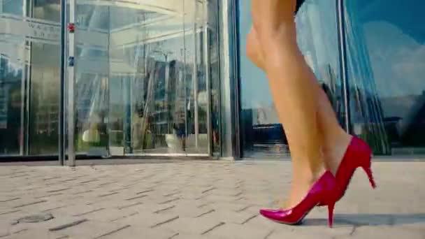 Elegantní obchodní žena do kanceláře. Vysoké podpatky na dlouhých nohách. Atraktivní ženy