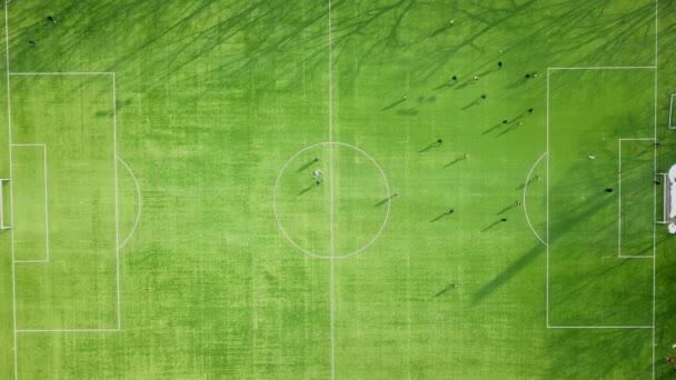 Csapat foci futball edzés a zöld pályán, a labdarúgó-stadion, rugdossa, és halad a futball-labda