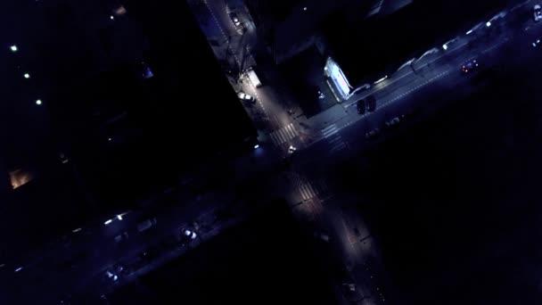 Vertikální pohled shora dolů letecké dopravy na ulici průnik v noci. Řízení auta. 4k Uhd