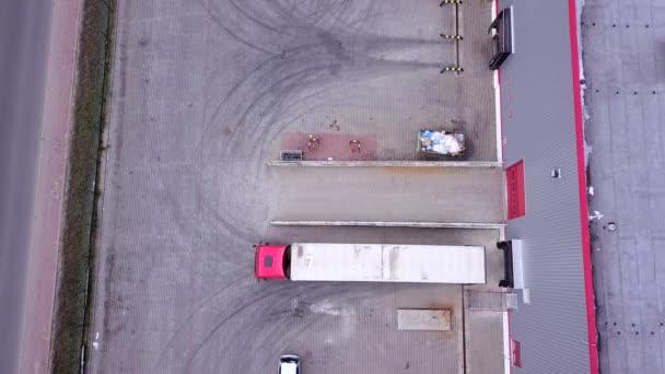 Truck je jízda na logistické centrum. Letecký snímek. Fotoaparát je létání. Letecká DRONY