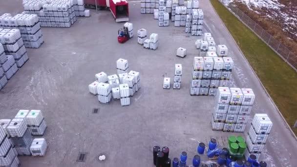Řidič vysokozdvižného vozíku ve skladu mezi řádky regály s komíny krabic a obalových materiálů. Načítání Truck. Antény. DRONY