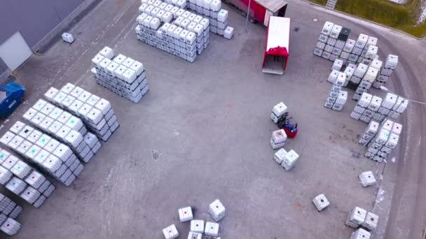 Targonca mozoghat a külső raktár- és teher-raklapok nagy polcokon. Légi. Drone lövés